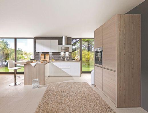 Moderní vestavná kuchyň s čely vysokého lesku v křišťálově bílé barvě.