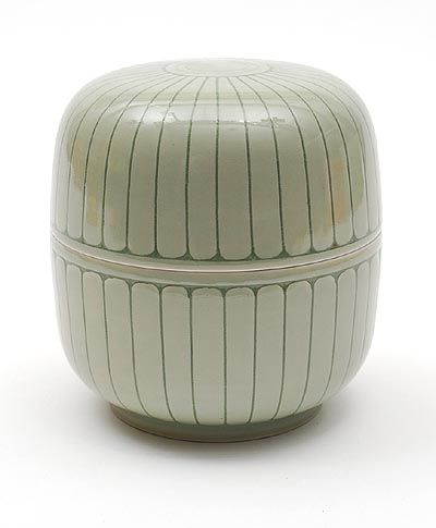 Found on www.botterweg.com - Porcelain covered box with sgrafitto decoration design execution by Leen Quist 1942 - 2014 in own studio / the Netherlands