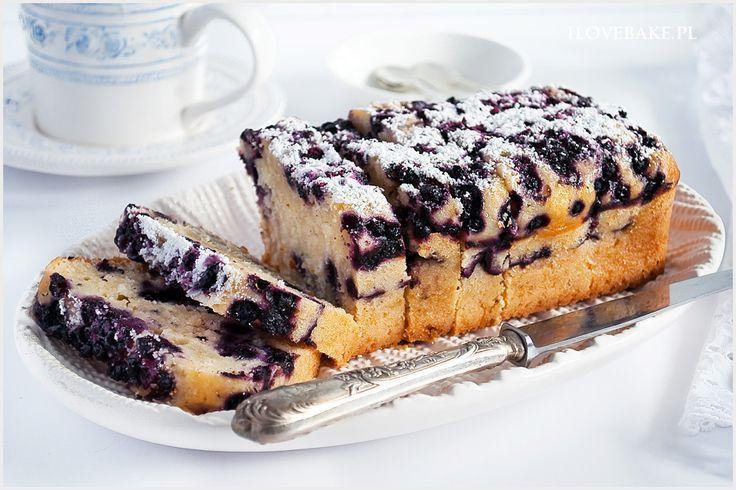 Kokosowe ciasto z jagodami o niezwykle pysznym smaku i wilgotnej konsystencji, które długo zachowuje swoją świeżość. W sezonie użyj świeżych jagód, natomiast po dodaj mrożone.