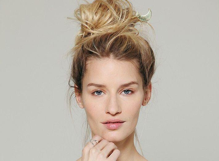 Κότσοι..το αγαπημένο φετίχ των γυναικών! Και πως να μήν είναι άλλωστε αφού οι περισσότερες από μας τρέχουμε όλοι μέρα για να τα προλάβουμε όλα.Ποια έχει όρεξη να σηκώνετε πρωί πρωί και να φτιάχνει μαλλιά!Σας έχω8υπέροχους κότσους που θα τους φτιάξετε σε πέντε δέκα λεπτά και έτσι θα είσαστε πάντα στη τρίχα!Ευτυχώς οι Κότσοι είναι πάρα …