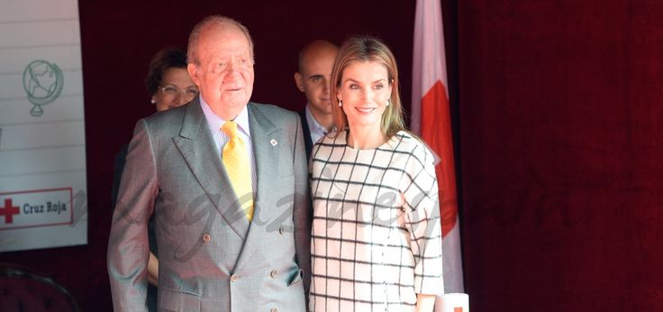 """Primer """"Día de la Banderita"""", como Reina de España El momento más emotivo se vivió cuando el rey don Juan Carlos se acercó hasta su mesa para colaborar en el Día de la Cruz Roja. Este, sin duda, ha..."""