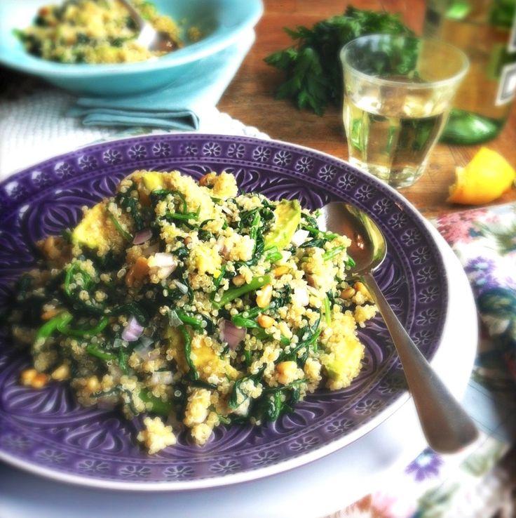Quinoa met spinazie, avocado & pijnboompitten is gezond en lekker. Glutenvrij recept en zit vol eiwitten, vitamine B en magnesium, ijzer, zink en koper. Ook