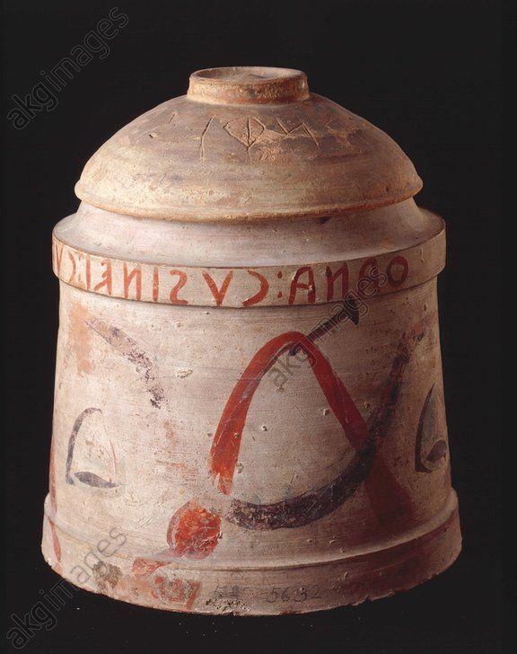 FUNERARY URN BELL-SHAPED / ETRUSCAN. Art étrusque, 2e moitié du 2e siècle av. J. C.  Urne funéraire en forme de cloche avec inscription.  Terre peinte, H. 0,22, diamètre 0,19. Provenance : probablement Chiusi. Inv. n° 5632