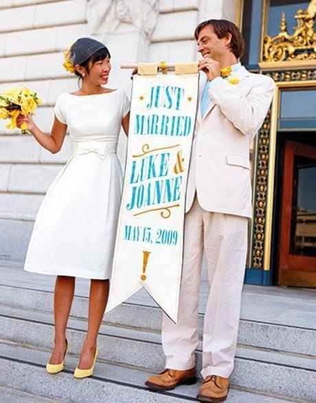 The way her pastel yellow shoes, veil, and bouquet accentuate her adorbs vintage-inspired dress. | 51 Beautiful City Hall Wedding Dress Details You'll Swoon Over