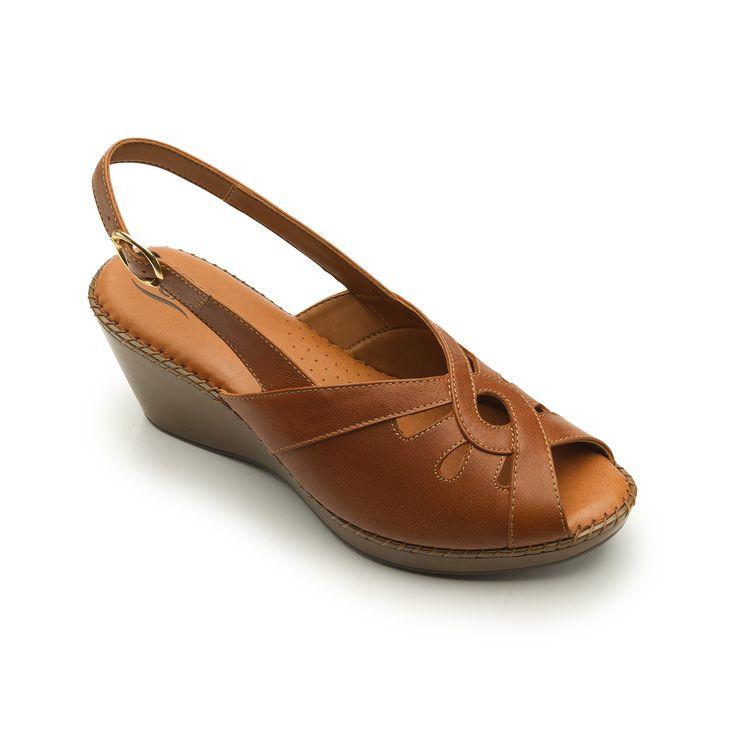 Línea de sandalia casual-formal de cuña que ofrece gran comodidad gracias a su…