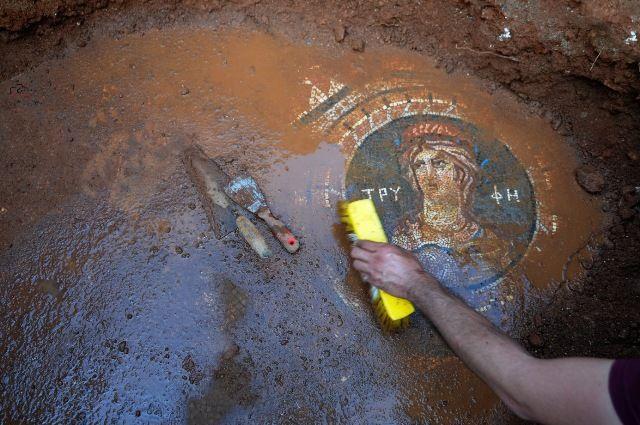 1-  Mersin'in Silifke İlçesi'nde bulunan Olba Antik Kenti'nde üç portreden ve pelerinli melekten oluşan mozaik bulundu.
