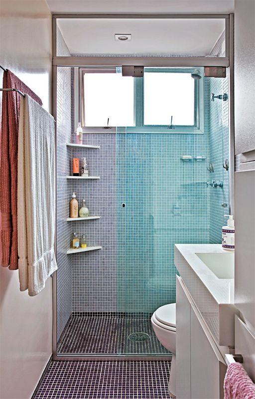 O banheiro de pouco mais de 3 m2 (2,70 x 1,20 m) ficou mais atual e colorido com o novo revestimento de pastilhas de vidro (2 x 2 cm, da Jatobá) no piso e nas paredes
