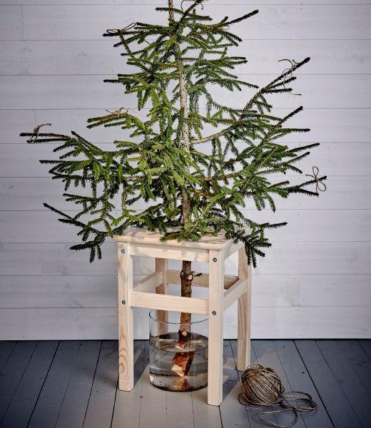 Stolička IKEA ODDVAR použitá ako stojan na vianočný stromček.