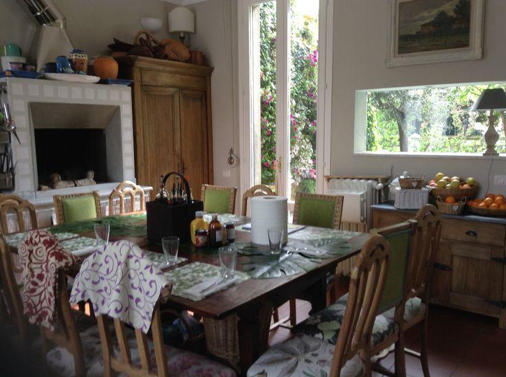 Cucina open space con vista terrazzo in fiore