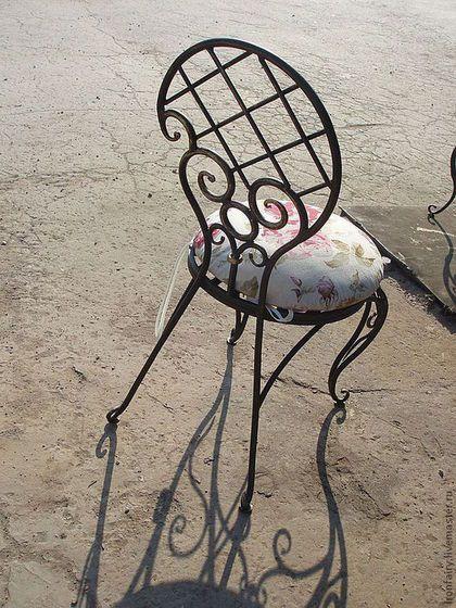 Купить или заказать Стул кованый в интернет-магазине на Ярмарке Мастеров. Кованый стульчик с объемными ножками. Ручная авторская работа. Прекрасно подойдет для интерьера квартиры, дома или сада. Стоимость без мягкого сидения. Возможны различные варианты изготовления: с мягким сидением; с основой под мягкое сидение; с металлической основой под подушку Различные варианты покраски: основной цвет - черный, коричневый, серый, белый, 'слоновая кость', все цвета радуги патина…