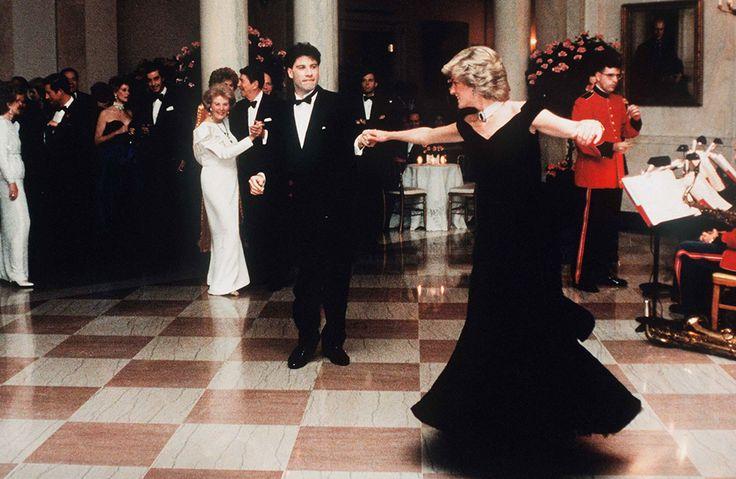 Принцесса Диана танцует с актером Джоном Траволтой в Белом Доме, 1985 год.