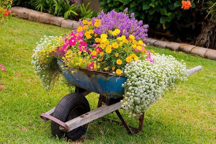 idées pour un jardin gai - chariot vintage en métal usé avec fleurs multicolores