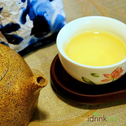 This tea has a light floral flavour, with a mellow silky texture and a sweet, fruity aftertaste that will captivate old and new Oolong tea lovers alike.