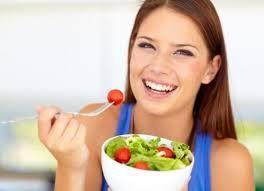 ¿Sabes cómo comer para no sentirte hinchado?, hacerlo despacio es una de los trucos. Ventajas de comer despacio.