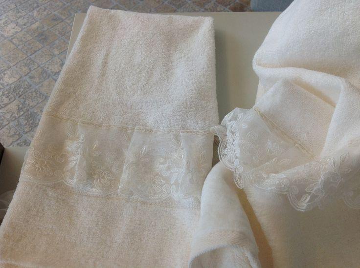 IRENE BI Set bagno in spugna con particolare pizzo www.irenebi.it realizzazione Irene Bi di Irene Brigolin