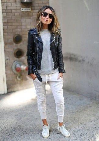schwarze Leder Bikerjacke, graues Sweatshirt, weiße Jogginghose, weiße hohe Sneakers aus Leder für Damen