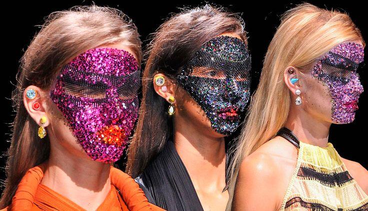 Красота в деталях: маски на показе Givenchy