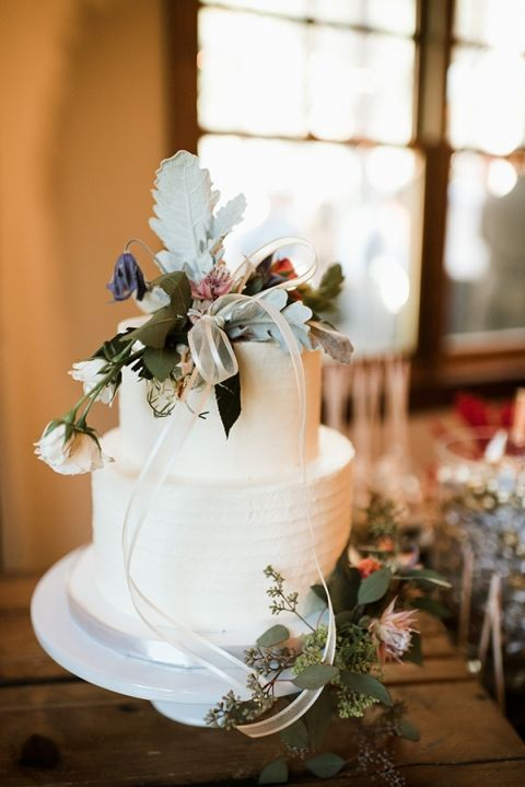 FivePine Lodge summer wedding. Sisters, Oregon wedding. Central Oregon wedding Destination. Kimberly Kay photography. Wedding cake