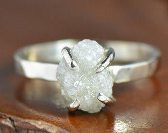 Un anello di fidanzamento di bella bianco diamante grezzo in oro bianco 14k.  Specifiche di diamante: 1,2 carati in peso e misure 6,5 mm di