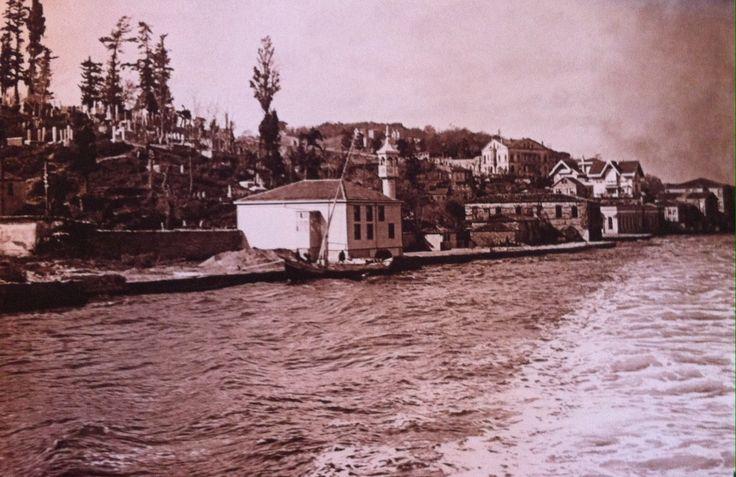 100 yıl önceki Kuzguncuk burası... Caminin arkası Nakkaştepe mezarlığı... Cami de hala yerinde duruyor.