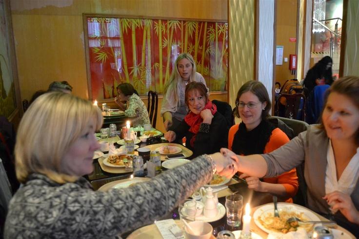 Nätverkslunch; Anna Lundquist Frogner, styrelseledamot i Nätverk Arbetslivet och Linda Dahlgren, individ- och organisationsutvecklare presenterar sig för varandra. Carina Månsson, entreprenör från Ystad, och Tanja Parkkila och Maria Kullberg, styrelseledamöter ser nöjda ut. http://www.damjournalen.se/medlem-i-natverk-arbetslivet/