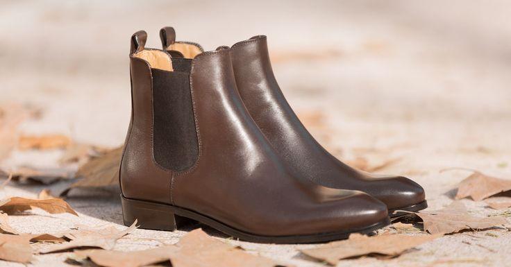 Botines Chelsea marrones para mujer. Botines de piel elegantes y cómodos a la altura del tobillo. Calzado clásico para vestir en cualquier ocasión.