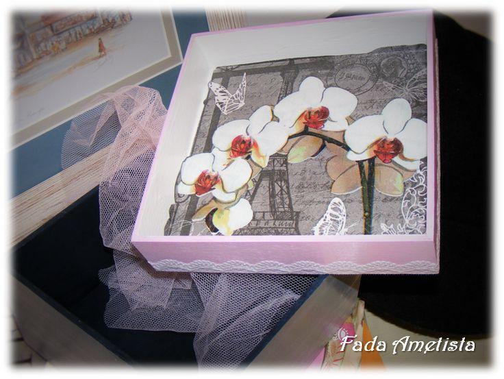 Caixa em madeira - Paris Vintage - https://www.facebook.com/FadaAmetista/photos/a.1592361051081362.1073741840.1589593488024785/1592361101081357/?type=3&theater