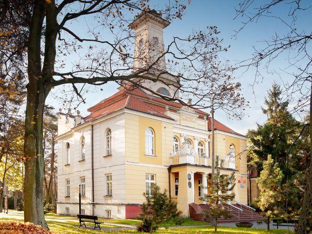 Ratusz w Otwocku wybudowany w latach osiemdziesiątych XIX wieku i przebudowany w latach 1925 - 1928.