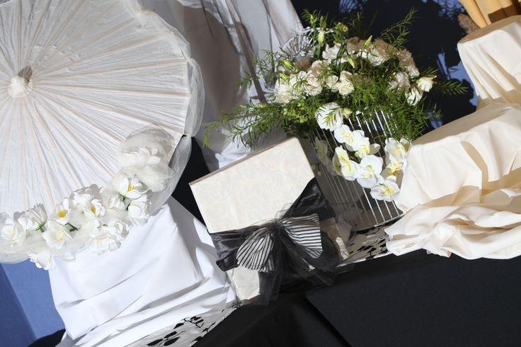 Accesorios decorativos, cajas, sombrillas de papel, flores y más...detalles que llenan espacios. Decoración Boda  Decoradora;  Leidi Rubiño, DonnaFiori https://www.facebook.com/DonnaFioriValdiviaChile