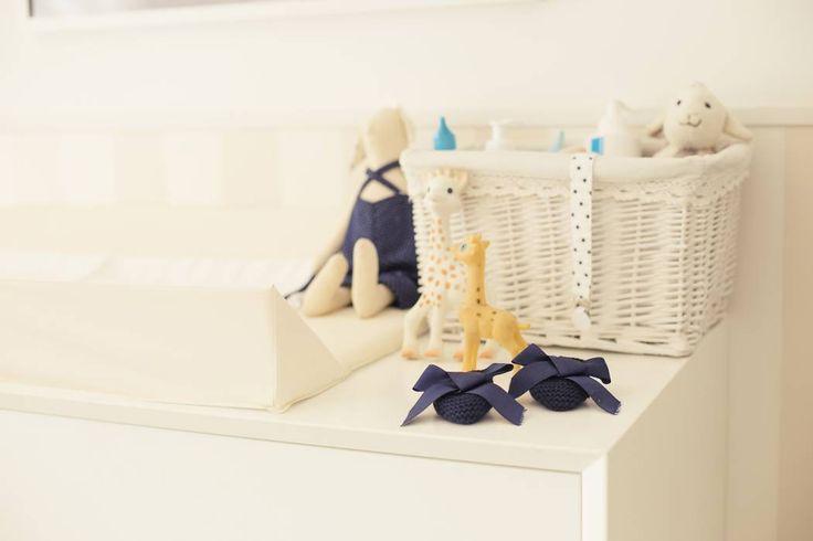 Baby D retro nursery: Quartos de criança clássicos por Perfect Home Interiors