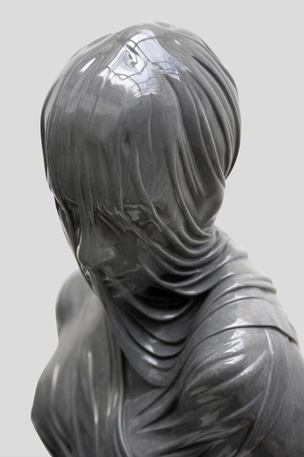 Com a impressão de que estão derretendo, as fantásticas esculturas do artista irlandês baseado em LondresKevin Francis Graysão feitas, por incrível que pareça, de mármore e bronze, fazendo alusão a um tecido, como nos estilos neoclássico ou barroco. O aspecto um tanto quanto assustador e sombrio das obras retratapessoas anônimas e...