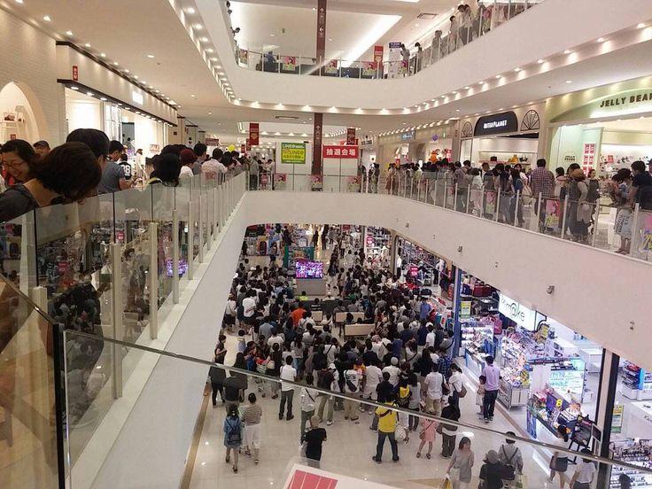 ショッピングセンターに広島戦の野球中継のTVを置いた結果wwwwwwwww