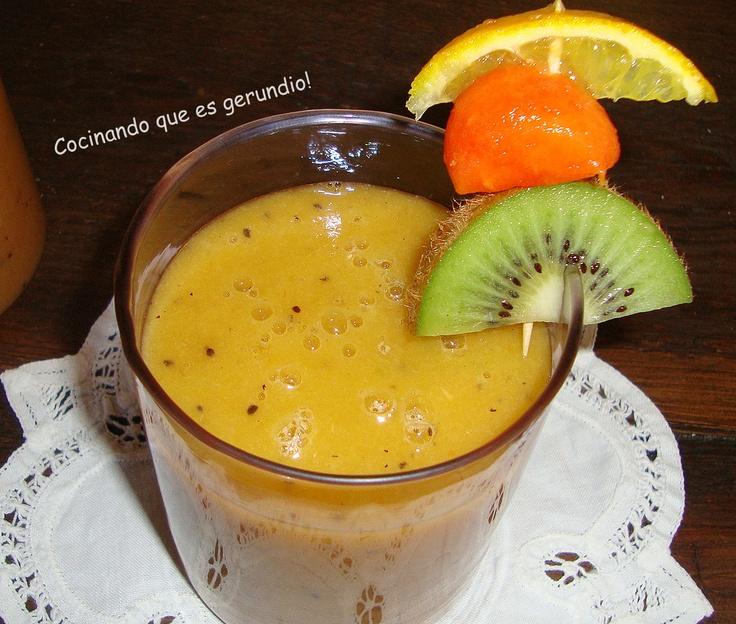 Jugo de frutas antioxidantes   1. Mezcla en la licuadora una taza de jugo de naranja, dos kiwis, media taza de papaya, un mango mediano y dos plátanos pequeños, licua perfectamente y disfruta…