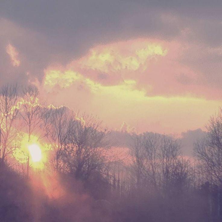 """""""Szczęśliwy jest tenkto patrząc na zachód słońcadostrzega wschodzące gwiazdy"""" . Szukajmy zawsze jaśniejsze strony. I pamiętajmyze bez smutku nie byłoby szczęścia. Bez nocy dnia. Bez goryczynie umielibysmy zaznać słodkości.  #sunset #pinksunset #springsky"""