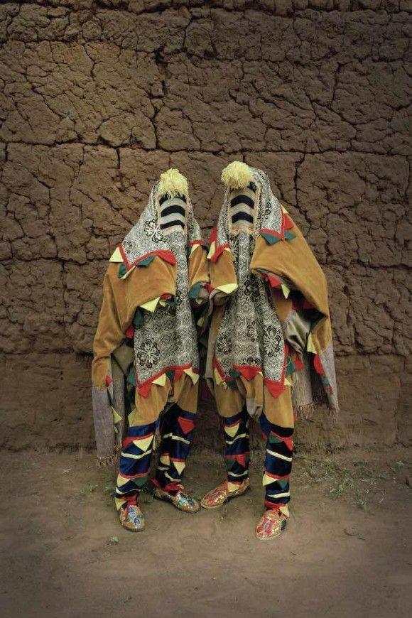 先祖の霊となり人々と交信するブードゥー教の祭りに使用される色鮮やかな衣装(西アフリカ・ベナン) : カラパイア