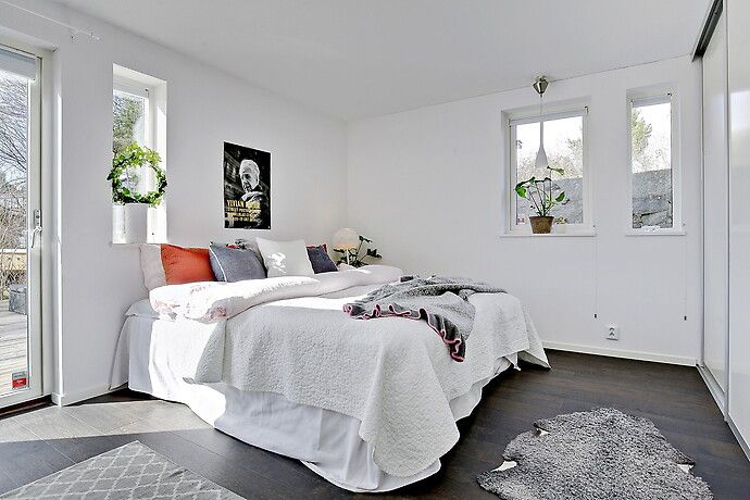 Mörkt golv + vitt i sovrum?