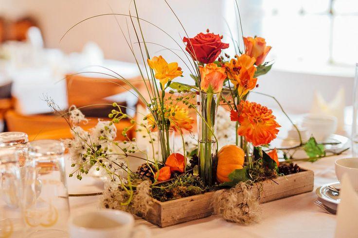 Soll eure Tischdeko orange sein? Dann ist dieses schöne Blumenarrangement genau das Richtige...  © Paul Traeger Photography