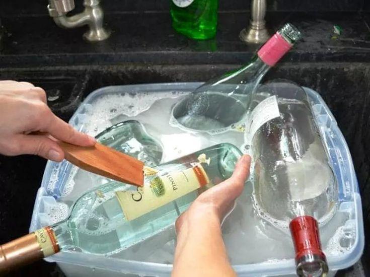 Portarretratos con tus botellas Viejas. Comienza limpiando las botellas con jabón y agua tibia. Esta combinación debe ser suficiente para remover la...
