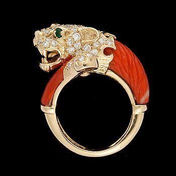 RING, korall med briljantslipade diamanter, tot. 1.38 ct. samt smaragder.