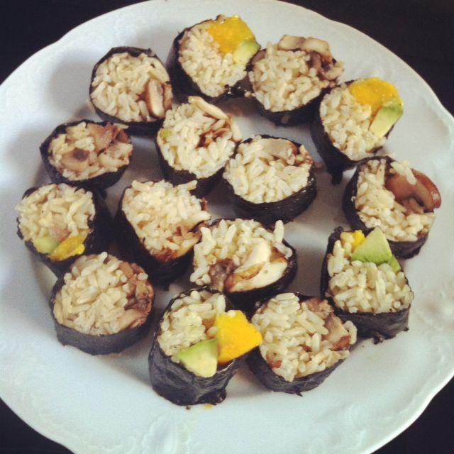 Vegan sushi / Veganistische sushi. Sushi met champignons en sushi met mango en avocado. Heerlijk en gezond als avondeten.
