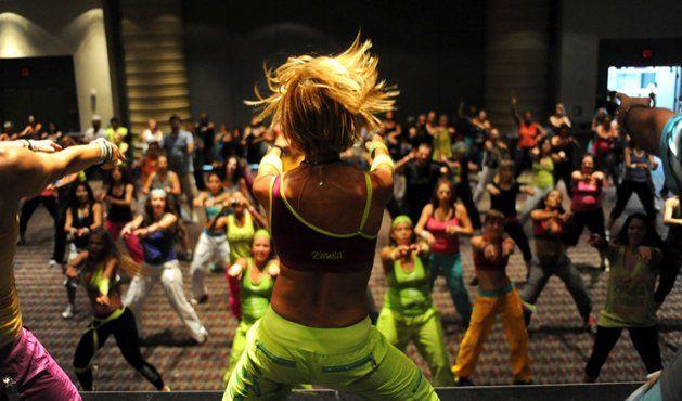 Zumba mistura aulas de dança com exercícios aeróbicos e deixa o bumbum durinho. Conheça todos os benefícios da Zumba para seu corpo.