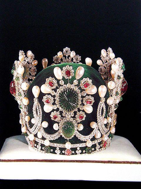 """Corona de la emperatriz Farah Pahlavi. Fue encargada por el Sha Mohammad Reza Pahlavia a la joyería parisina de Van Cleef & Arpels """", con motivo de la celebración de los 2.500 años de la fundación del Imperio Persa."""