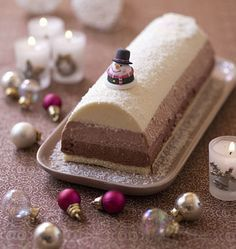 Pour changer des bûches de Noël en gâteau roulé, je vous propose une bûche fondante aux trois mousses au chocolat. Elle est facile à réaliser, elle demande juste un peu de temps ! J'ai utilisé un moule à bûche (une gouttière) de 30x8 cm.