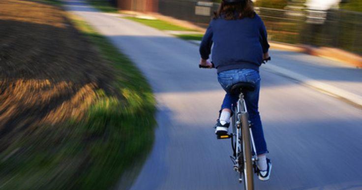 Como saber o tamanho do capacete que você precisa. Se quer andar de bicicleta, a cavalo, patins, skate, esqui ou snowboard, um capacete é necessário para sua segurança. O acessório reduzirá significativamente o risco de lesões e muitos eventos competitivos o exigem. Embora usar um capacete reduz o risco de lesões ou morte, ele deve encaixar corretamente para seu uso ser ideal.