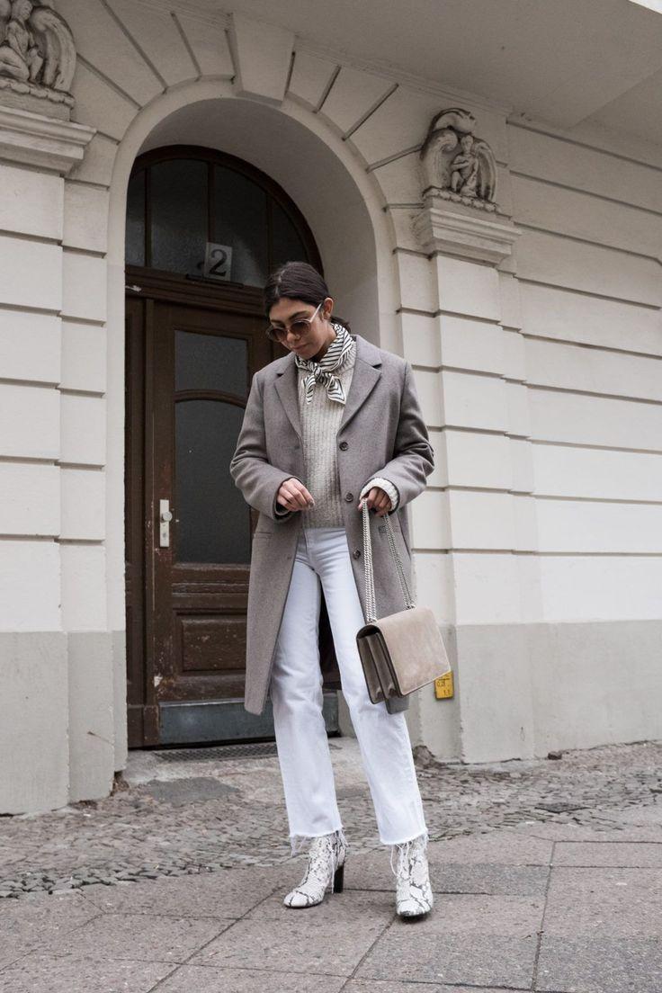 Closet Diary mit Bloggerin Storm Westphal und ihren 7 Casual Looks für den Alltag. Outfit am Mittwoch: grauer oversize Mantel: COS, beiger Pullover: H&M, weiße Jeans: & Other Stories, Schuhe: Joseph, Tasche: Agneel, Sonnenbrille: Mango, Tuch: Toteme #ootd #outfit #outfitinspiration #look #style #trend #fashion #inspiration #ideas #minimalistic #minimal #brunette #winter #coat #mantel #whitedenim #elegant #chic
