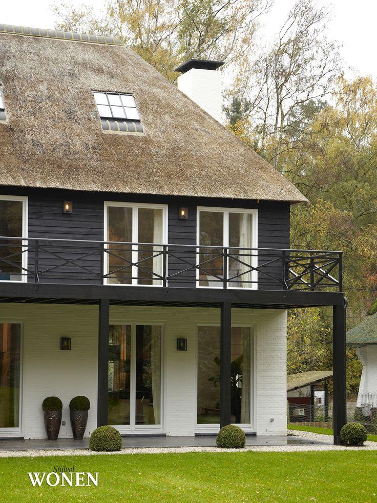 Stijlvol Wonen: het magazine voor warm-hedendaags wonen - ontwerp: Sphere Concepts - fotografie: Jonah Samyn #blackwhite #architectuur #longisland #rietendak #hout #porch