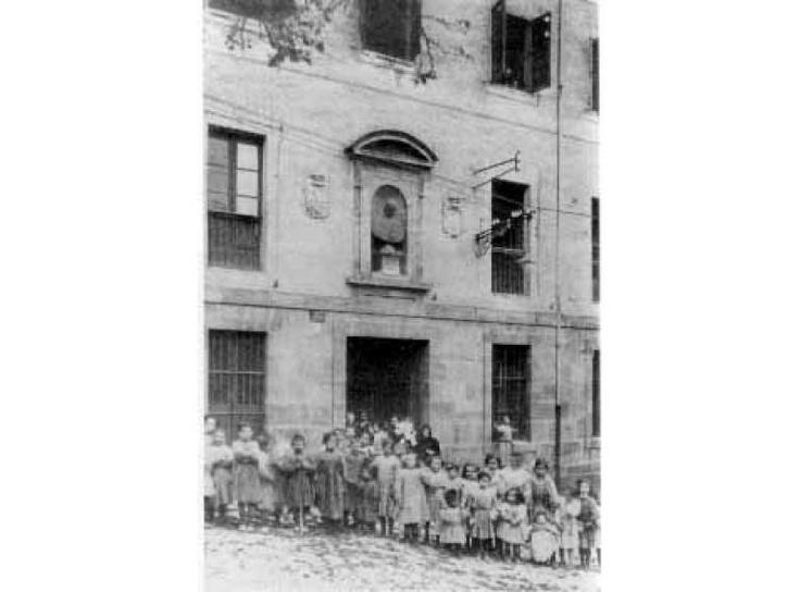 Niños del orfanato en la maternidad antigua de Pamplona. Año 1912. Fot. Aquilino García Deán