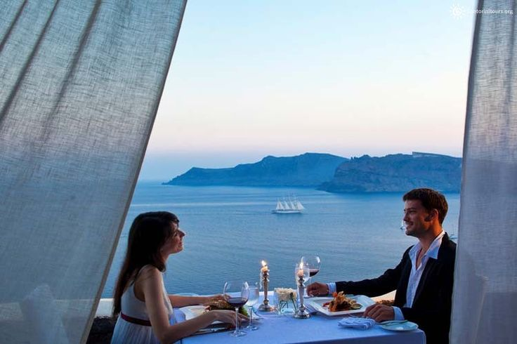 Live a romantic weekend in Santorini Although summer is over we still are in the perfect mood for vacations. If you are in love, there is always a reason to take a trip even more if you find the right place. Santorini is the ideal destination for couples at any time of the year. The …