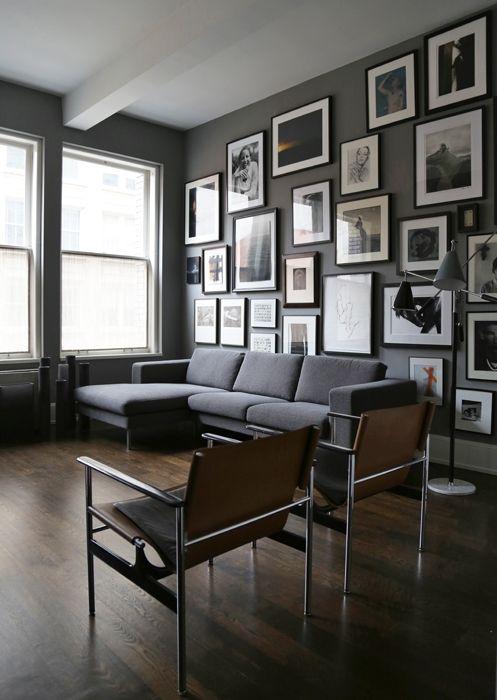 Vista del soggiorno dalla zona cucina. La luce che filtra dalle grandi finestre orientate a nord regala omogeneità al volume dello spazio e ...