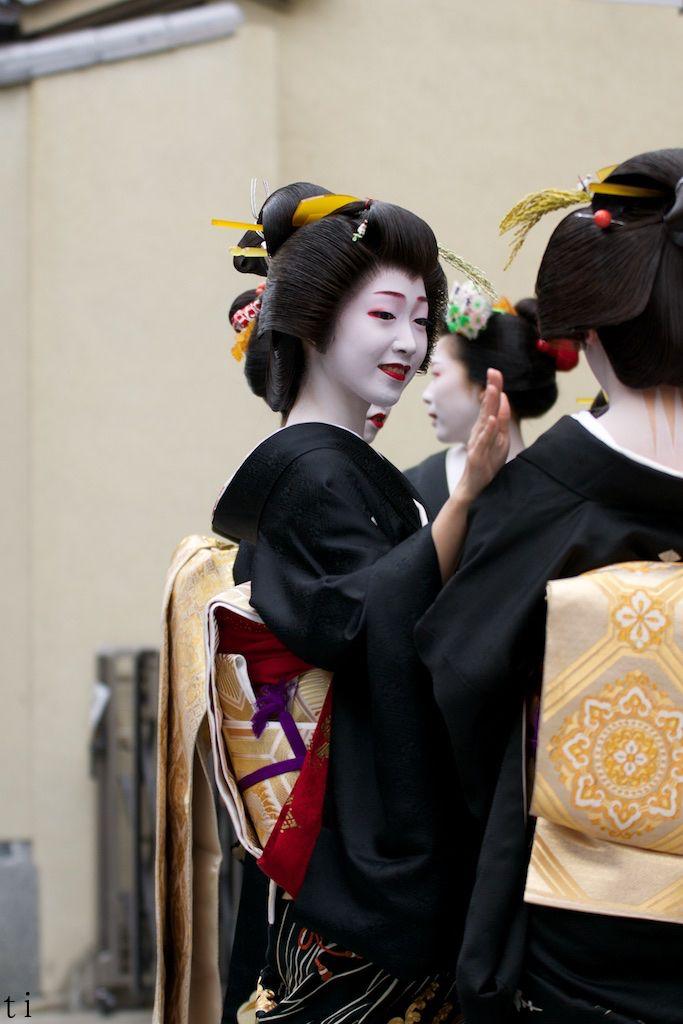Geiko talking with Geiko fellow Toshikana. #japan #kyoto #geisha #geiko #maiko #kimono